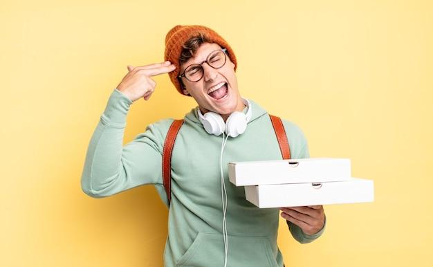 Er ongelukkig en gestrest uitzien, zelfmoordgebaar makend pistoolteken met de hand, wijzend naar het hoofd. pizza concept