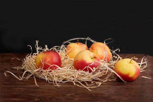 Er staan appels op tafel