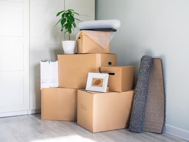 Er staan veel dozen in een lege ruimte die zich voorbereiden om te verhuizen.