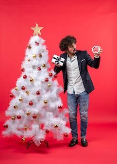 Er staat een man naast de kerstboom