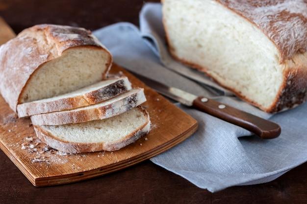 Er staat vers gebakken zelfgebakken brood op tafel