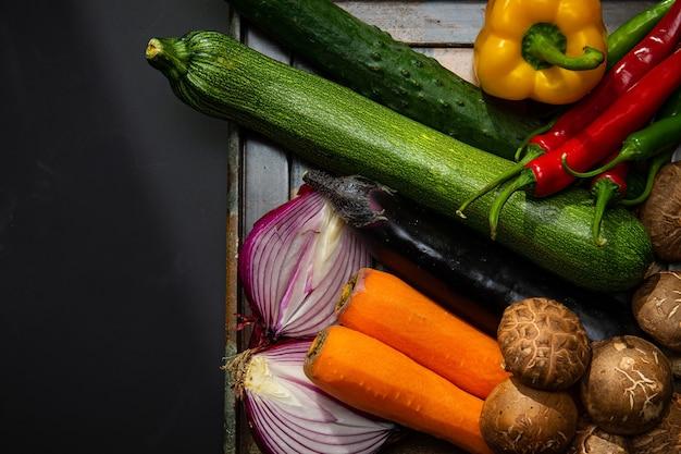 Er zijn verschillende groenten en salade ingrediënten