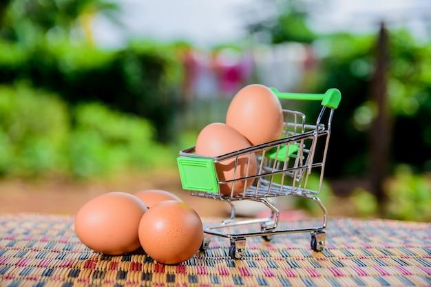 Er zitten eieren in de wagen.