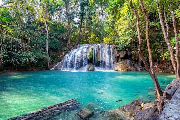 Erawanwaterval in thailand. prachtige waterval met smaragdgroene pool in de natuur.
