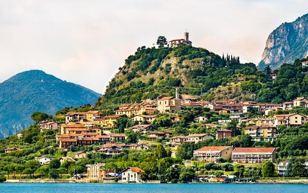 Eremo di san pietro in marone aan het iseomeer in lombardije, noord-italië