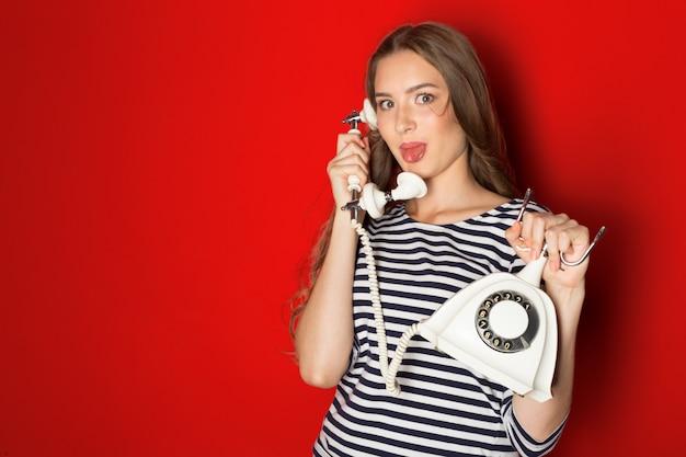 Erg blij meisje aan de telefoon