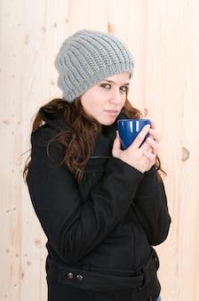 Erg koude vrouw in een hut in de herfst of winter