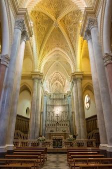 Erice, sicilië, italië. interieur van de kathedraal van erice, de belangrijkste plaats van aanbidding en moederkerk van erice.