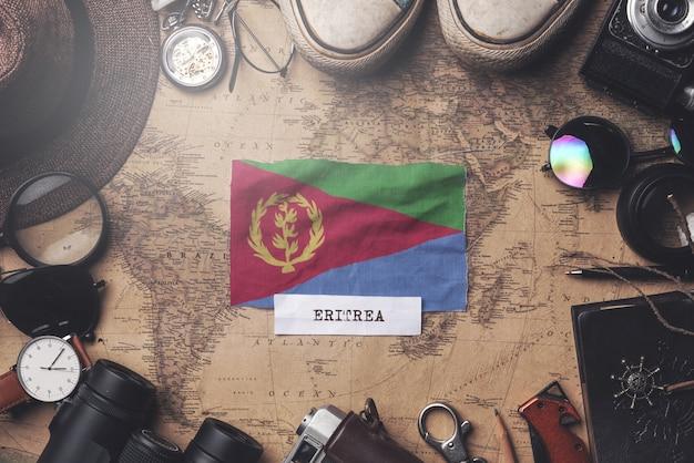 Eritrea-vlag tussen de accessoires van de reiziger op oude vintage kaart. overhead schot
