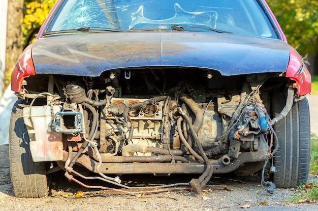 Ernstig beschadigde vernielde auto close-up buitenshuis.