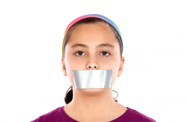 Ernstig meisje met pleister op haar mond