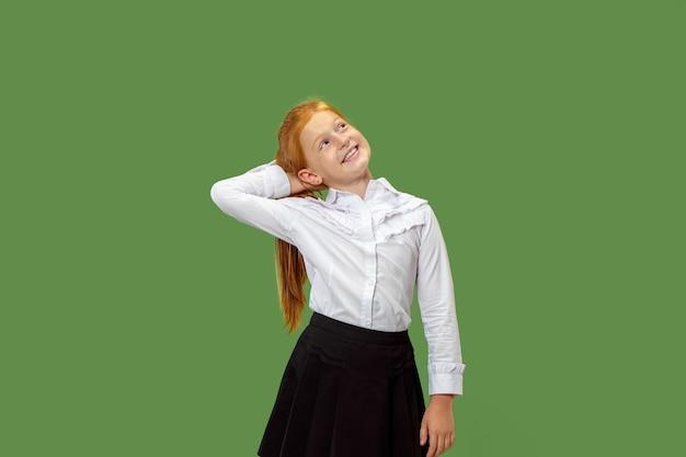 Ernstig twijfelachtig, bedachtzaam, verveeld tienermeisje dat zich iets herinnert. jonge emotionele vrouw. menselijke emoties, gezichtsuitdrukking concept.