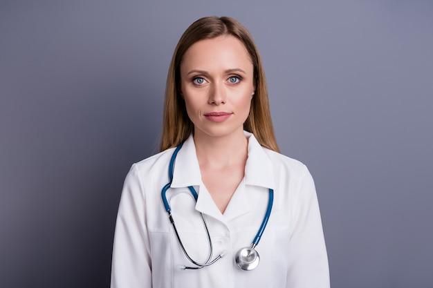 Ernstig zelfverzekerd blond meisje doc gediplomeerd therapeut