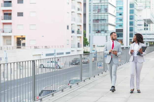 Ernstige afro-amerikaanse collega's op straat