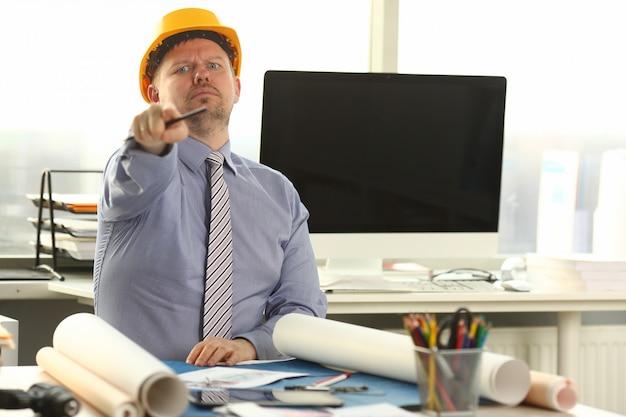 Ernstige architect bezig met bouw overzicht