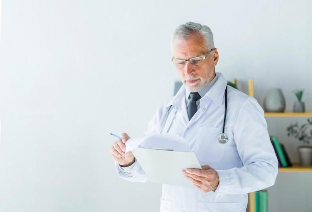 Ernstige arts die verslagen leest