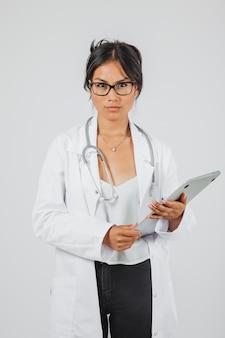 Ernstige arts werkt