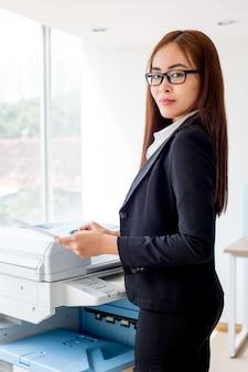 Ernstige aziatische onderneemster kopiëren document