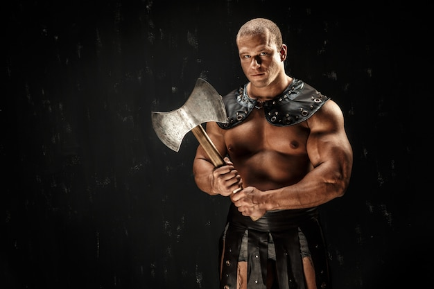 Ernstige barbaar in lederen kostuum met hamer