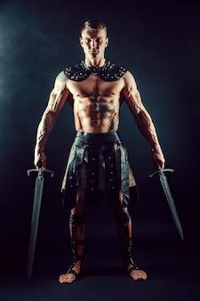 Ernstige barbaar in lederen kostuum met zwaard