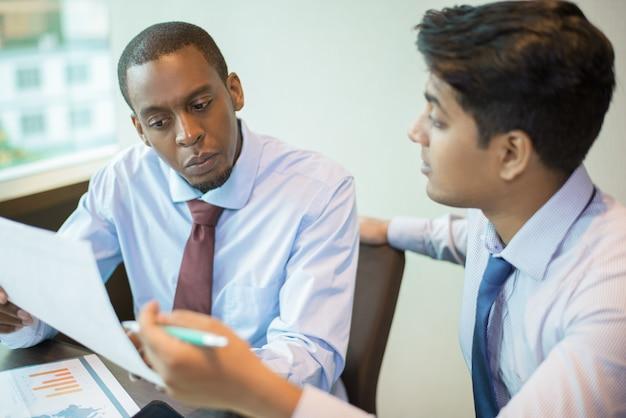 Ernstige bedrijfsleider die financieel adviseur raadpleegt