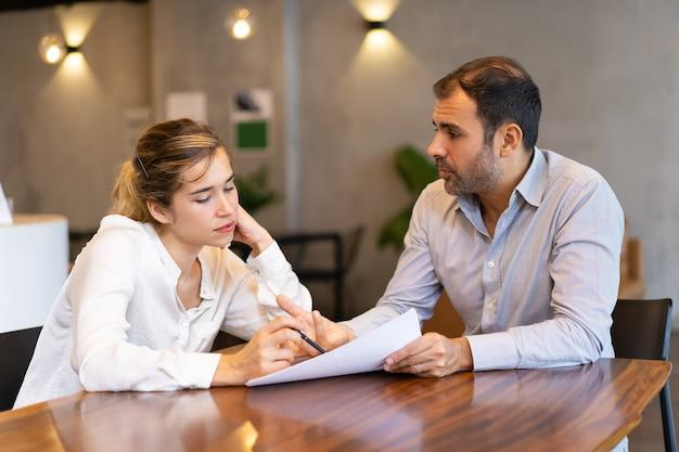 Ernstige business expert training nieuwe medewerker