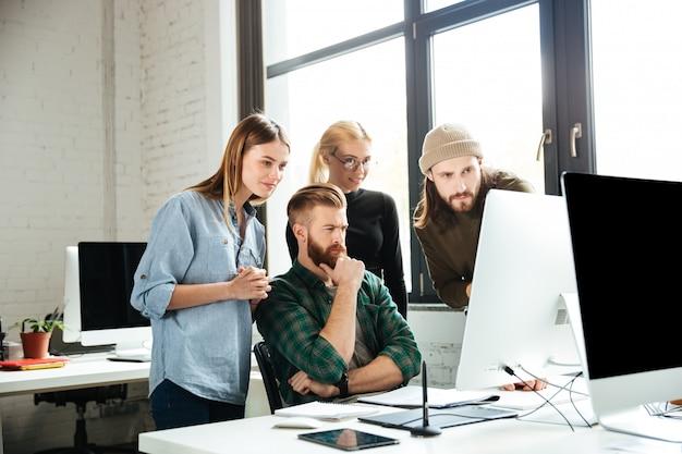 Ernstige collega's in office met elkaar praten