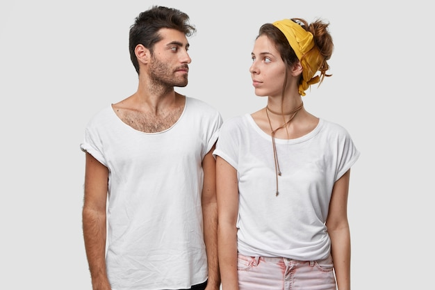 Ernstige dame en haar mannelijke metgezel kijken elkaar serieus aan, krijgen taak, weten niet waar ze mee moeten beginnen