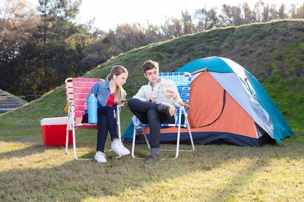 Ernstige echtpaar met een kaart op de camping