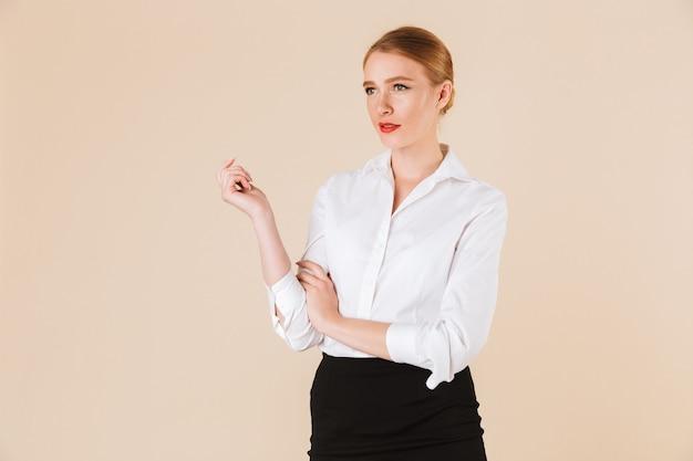 Ernstige geweldige jonge zakenvrouw opzij kijken.
