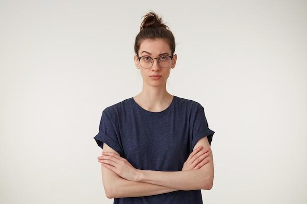 Ernstige harde, formidabele vrouw met bril