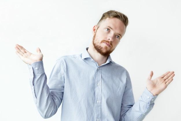 Ernstige jonge aantrekkelijke man spreiding hands