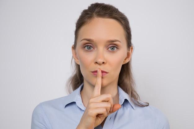 Ernstige jonge zakenvrouw geheim houden