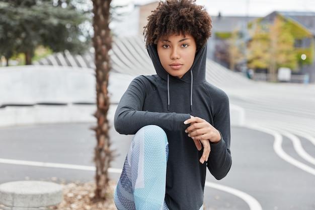 Ernstige jongere met een donkere huidskleur in een stijlvolle hoodie