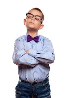 Ernstige kleine jongen in een bril en pak. geïsoleerd op witte achtergrond.