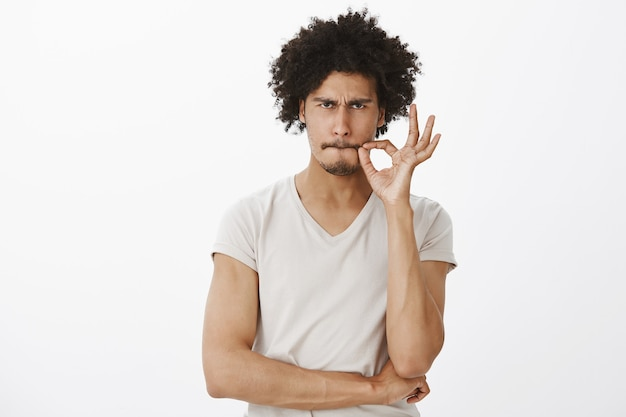 Ernstige knappe man belooft niet te praten, mond dicht te ritsen