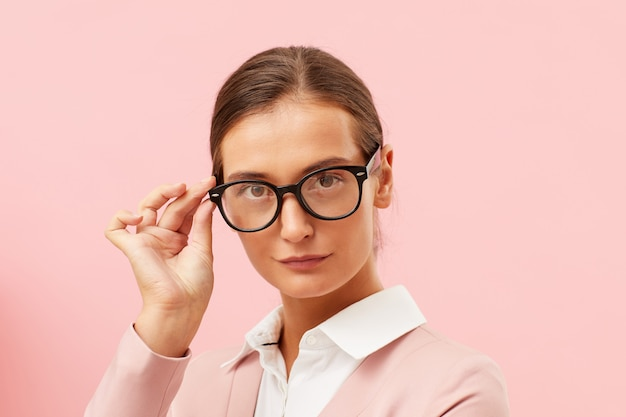 Ernstige leraar in brillen