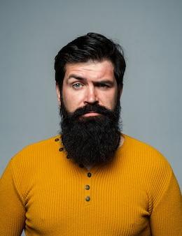 Ernstige man heeft baard en snor, ziet er serieus uit.