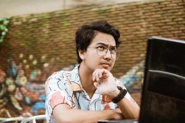 Ernstige man met behulp van een laptop