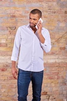 Ernstige man praten aan de telefoon