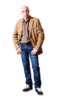 Ernstige man van middelbare leeftijd in een gele jas en spijkerbroek. witte achtergrond, geïsoleerd