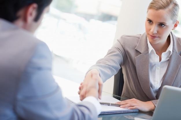 Ernstige manager die een mannelijke kandidaat interviewt