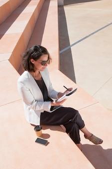 Ernstige manager die over nieuw businessplan nadenkt
