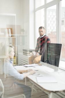 Ernstige manager praten met coder in office