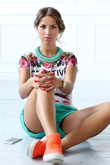 Ernstige meid draag oranje sportschoenen