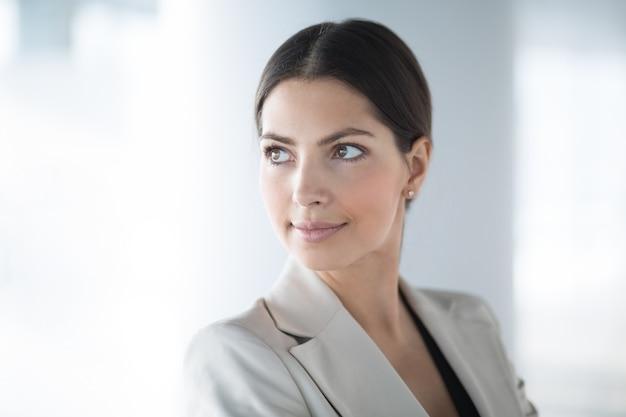 Ernstige mooie medio-amerikaanse business woman