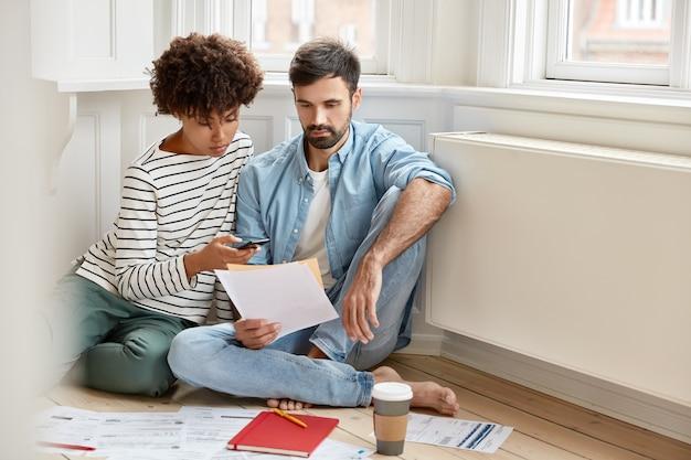 Ernstige ongeschoren man-expert probeert zijn idee aan zijn vrouw uit te leggen