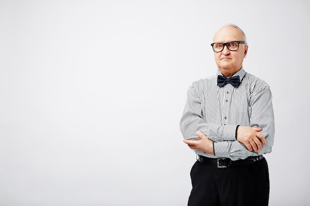 Ernstige oude man met strikje