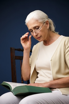 Ernstige oude vrouw lezen