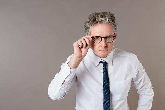 Ernstige senior zakenman met bril
